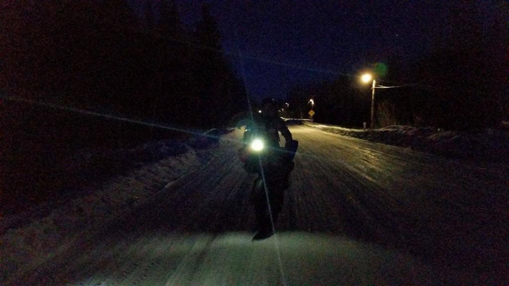 Antonio de la Rosa montando de noche en su fat bike