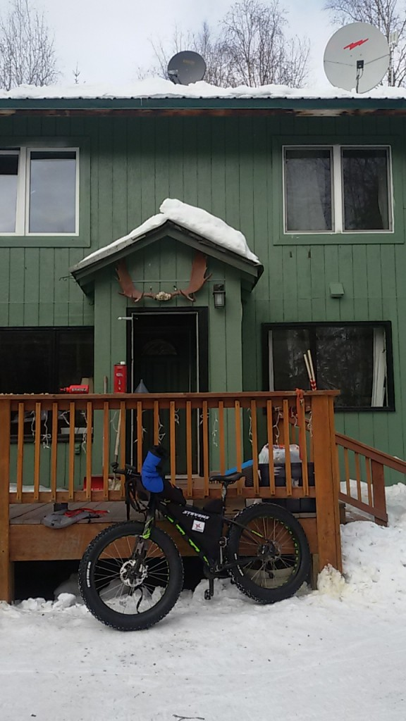 Mi fat bike en la puerta de la casa donde se aloja Antonio