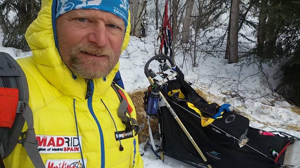 Antonio con un trineo de la Iditarod de perros