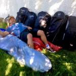 Descansando en Islandia con sus mochilas de SPS