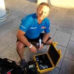 Antonio de la Rosa revisa el equipaje