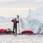 Antonio de la Rosa bebiendo Red Bull en el Círculo Polar Ártico