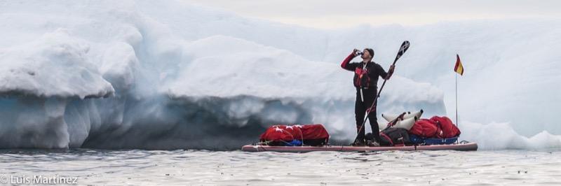 Antonio de la Rosa en su tabla de sup en el Círculo Polar Ártico