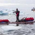 Antonio de la Rosa con su tabla cargada en el Círculo Polar Ártico