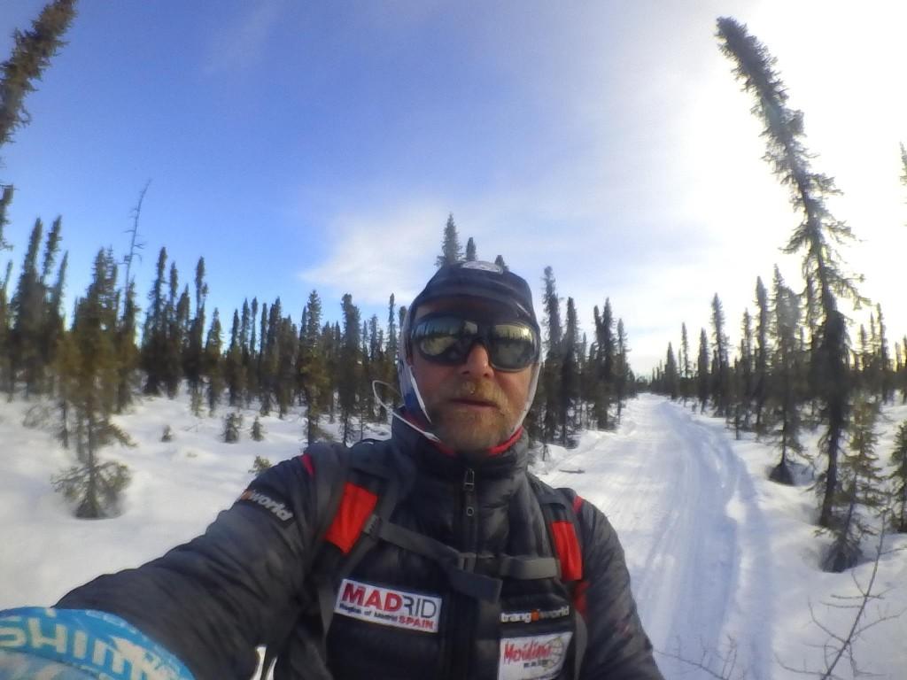 Antonio de la Rosa en un sendero en Alaska