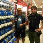Antonio de la Rosa comprando en Islandia
